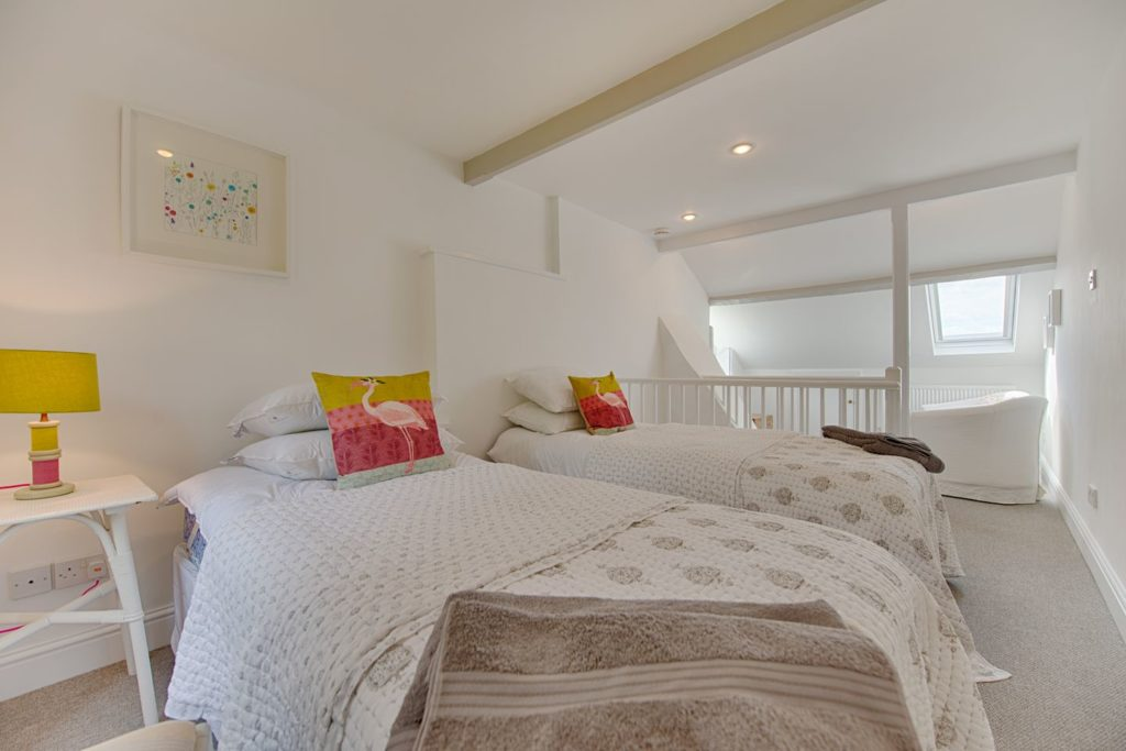 Renovated Twin Bedroom, The Quay