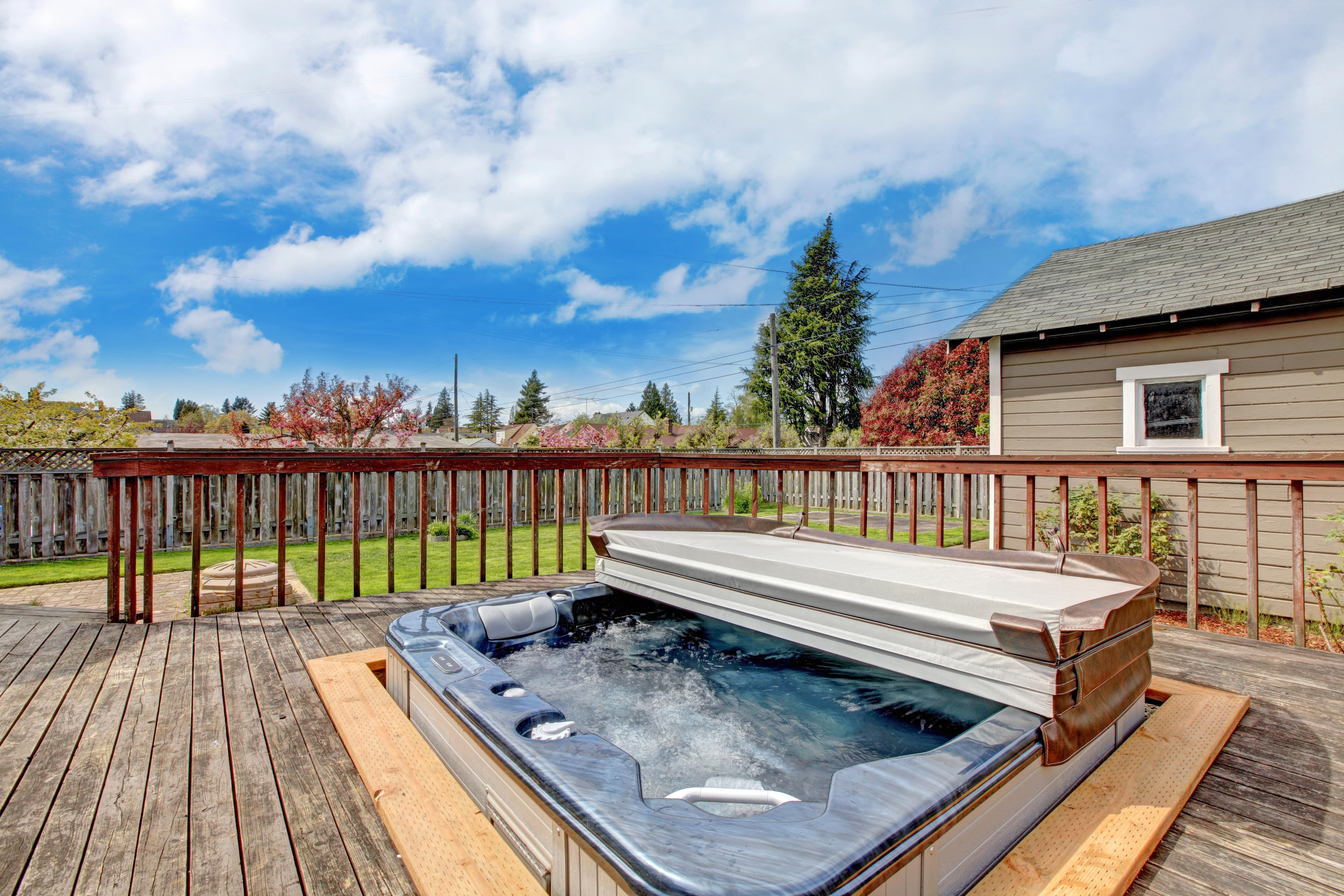 Backyard-deck-with-jacuzzi