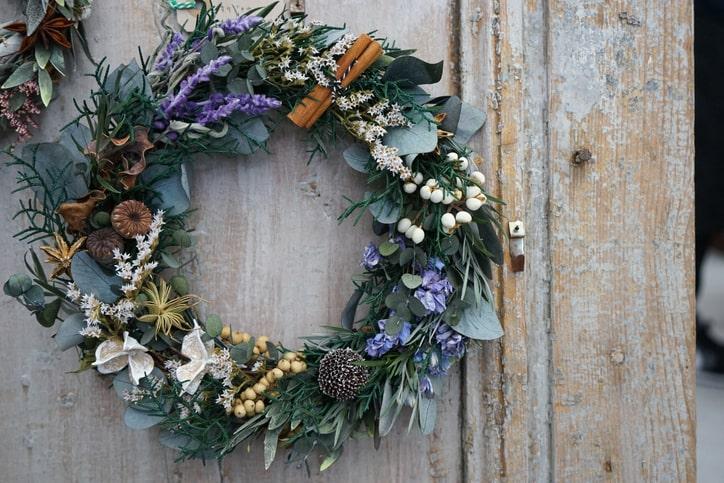 Christmas-wreath-on-the-entrance-door-624215808_727x484